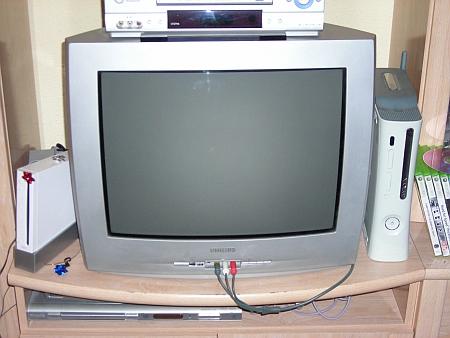 La tele rodeada. :)